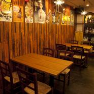 木目の美しい店内には、レトロなポスターが壁に貼られてあり、昭和のかおりが漂っています。