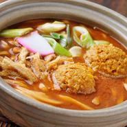 定番メニューの味噌煮込みうどんをカレー味にアレンジ。鶏肉入りはプラス102円です。