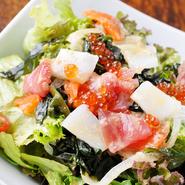 その日仕入れた、新鮮な海の幸をふんだんに使ったサラダ。季節の味が楽しめます。
