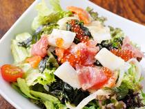 新鮮魚介が盛りだくさん『おまかせ海鮮サラダ』