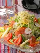 10種類以上の具材を使った大盛りサラダです。みんなでワイワイ取り分けて召し上がってください。