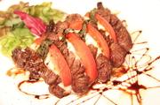 トマトとバジルを一緒にやわらかい牛フィレ肉をバルサミコソースで。