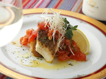 柔らかな鯛の身が特徴『真鯛のポワレ トマトビネグレット』