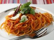 イタリアを象徴するパスタ。とろりとろけるモッツァレラと生バジルが特徴のトマトソースパスタです。