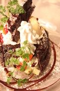 皿にアイス、フルーツと一著に積み上げた濃厚ショコラ。