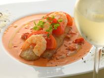 舌平目、海老、トマトがモッツアレラチーズで一体に