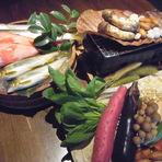 毎日、伊勢志摩より直送される旬の海の幸。地元の山の恵みも、旬のものを厳選して取り揃えています。 和食の伝統大切にしながら、繊細かつ大胆な盛り付けが魅力の、職人の技をご賞味ください。