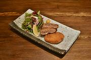 松阪牛の赤身肉をベリーレアで炙り、牛刺しのような薄造りでお出しいたします。