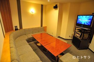 2階にはカラオケ完備の個室もあり