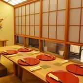 庭を眺められる個室完備。四季折々の料理で大切な人をおもてなし