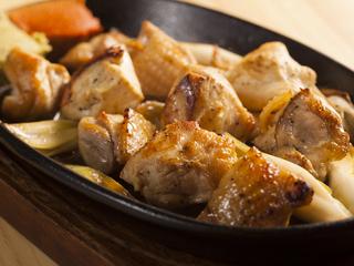 【串焼き15】で、天草大王というブランド地鶏の串焼きを楽しんで