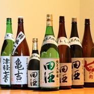 青森で人気の地酒。「田酒」は、12~1月のわずかな間、店に並ぶ全ての種類が揃います。年に1度しか出回らないお酒もありますので、飲みくらべたい方はぜひ! 分からないことがあれば、お気軽にお尋ねください。