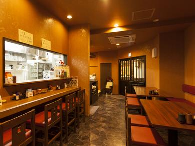 入りやすい入り口と明るい雰囲気の店内に、会話もはずむ