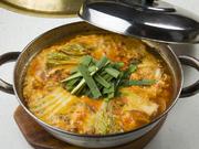 熱々のラーメンはお食事の〆に。ピリ辛の中に深いコクと味わいがあります。