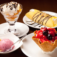 アイスクリーム、プリン、ティラミスなど、10種類以上のデザートが揃っています。