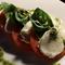 トマトと生モッツァレラのカプリ風サラダ、バジルソース