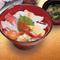 新鮮な魚介類が盛りだくさんな『海鮮丼』(みそ汁付)
