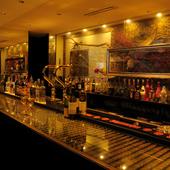 世界のお酒とモダンな空間が2人の時間を盛り上げます