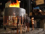 囲炉裏で焼いた食材はより風味と香りが増し、お美味しさがアップ。シイタケ、八頭、ジャガイモも美味です。
