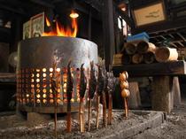 火を囲み食べられる囲炉裏の1階席は、一番人気があります
