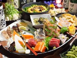 和牛とメイン料理は唐黍牛を使ったすき焼き+豪華舟形盛り合わせのコース。飲み放題なしの場合は4500円