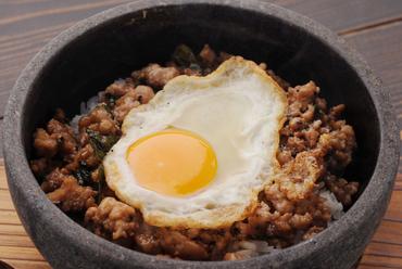 バイマックルー&タイ産バジルが香り立つ『石焼きガパオライス』