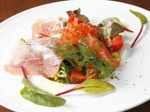 ワインによく合う『イタリア産生ハムとサーモンのミニサラダ』