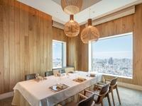 ホテル40階からの景色を楽しみながら、シーンに合わせてお食事