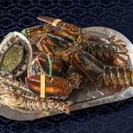 新鮮な「オマール海老」や「鮑」などの魚介類をはじめ、「鴨のフォアグラ」、「九州産黒毛和牛」など、極上の素材を使用。その美味しさをさらに引き出すよう、工夫を凝らして焼き上げた鉄板焼は贅沢な逸品です。