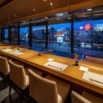 奥には鉄板焼のカウンター、手前には8名まで対面で座れるゴージャスな個室も完備。食事前に、会議やミーティングなども開催できます。人気の個室は、早めの予約が無難です。