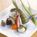 旬の魚や季節の野菜を使用し、素材の味を生かして丁寧に仕上げたお料理の数々。贅沢なコースの始まりにふさわしい一品です。彩り豊かな日本の四季を五感でお楽しみください。