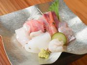 おすすめ鮮魚の豪華『富山湾造り盛り合わせ』。お造り単品は常時8種類以上。日々新鮮な魚を用意しています。