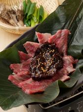 ほう葉と味噌の香りが絶妙な『和牛サーロインほう葉味噌焼き』