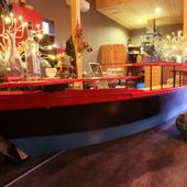 大胆かつ色彩豊かに。存在感を放つリノベーションされた船