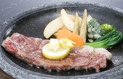 丁寧に焼き上げて熱々の石焼き皿へ。噛み締めるほどに、あふれる肉汁と上質な肉の旨みが広がります。