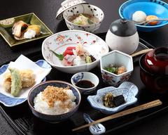 旬の食材をふんだんに使ったお任せ会席コースです。京都の四季をお愉しみください。