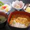 ホタテ、イクラ、ウニの豪華海鮮丼。『宮古丼』