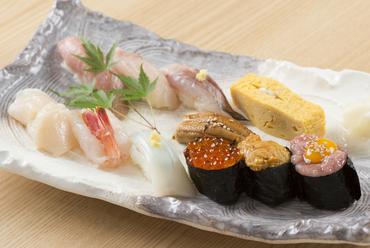三陸地方で水揚げされた新鮮な魚を楽しめる『季節にぎり【雅】』
