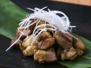 地鶏のもも肉を、炭火で香ばしくあぶった薩摩料理。やわらかな食感で、肉の旨味がジュワッと染み出ます。