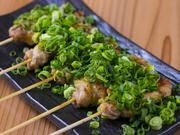 鶏の中でも旨みが強いせせり(ネック)に、特製塩ダレと長野産の新鮮なネギをたっぷりまぶした一品。
