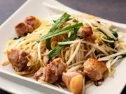 赤鶏のもも肉と地元朝市の新鮮な野菜が入った塩焼きそばは、飲んだ後のしめに人気です。