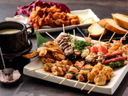 【お召し上がりのおすすめ】串焼き・野菜焼きをご注文頂き、チーズに絡ませてのご試食をご提案。※基本セットでフランスパンを少々付けさせて頂いております。