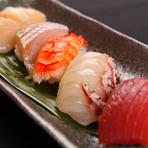 厳選した旬の魚介類を使用した目にも鮮やかで豪快な『お刺身盛り合わせ』や『お寿司』。運がよければオーナーが日本海で釣った獲れたての魚がお皿に並ぶこともあるとか。