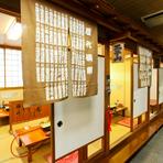 歴代横綱の名が記されたのれんや相撲にちなんだ部屋の名前。和風で落ち着いた雰囲気です。ゆっくりとくつろいでお酒など飲みながら、美味しいお料理が味わえます。