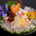 厳選された新鮮な魚貝の盛合せ。運がよければオーナーが日本海で釣り上げた魚が出てくることも。