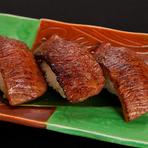 地元・近江牛を使用。軽く炙ってさらに肉の旨味が増しています。普通のお寿司のようにお醤油をつけて。