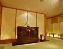 仙台の伝統工芸品「仙臺箪笥(せんだいだんす)」が入口を飾る