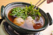 最初は湯引きした相並とせり、次はサッと揚げた相並とうどと、1種の魚で2種の鍋が楽しめる春の定番鍋です。