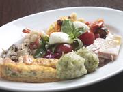 日替わりの前菜が、一度に五~七種類味わえます。手作りにこだわった自慢の一品です。(二人前)