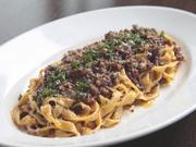 本場イタリアの味を再現。手打ちのフィットチーネとトマトソースを使わないミートソースが絶妙です。